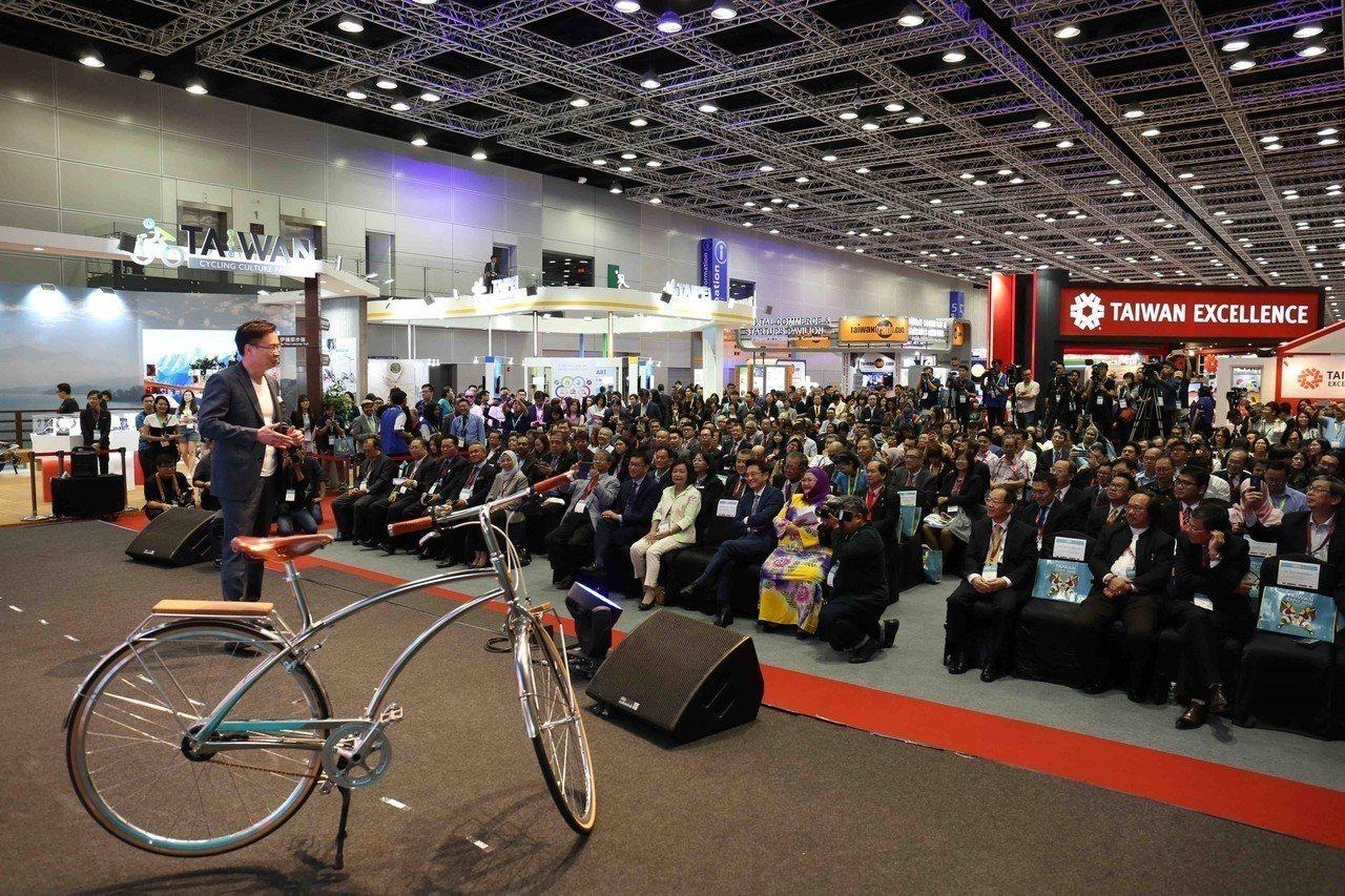 開幕典禮由貿協董事長黃志芳騎乘純手工打造腳踏車進入會場揭開序幕。貿協提供