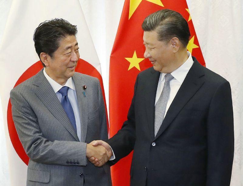 安倍(左)將在26日會晤中國大陸國家主席習近平。法新社
