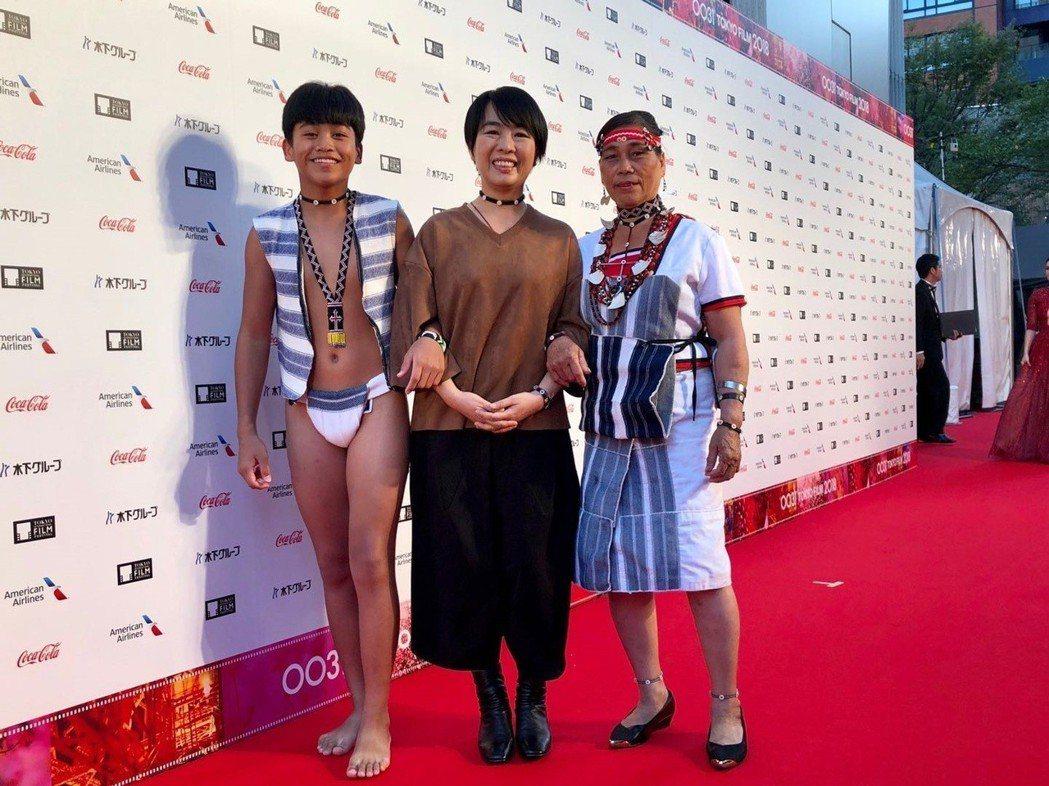 「只有大海知道」鍾家駿(左起)、崔永徽、李鳳英在東京影展走紅毯時受到熱烈關注。圖...