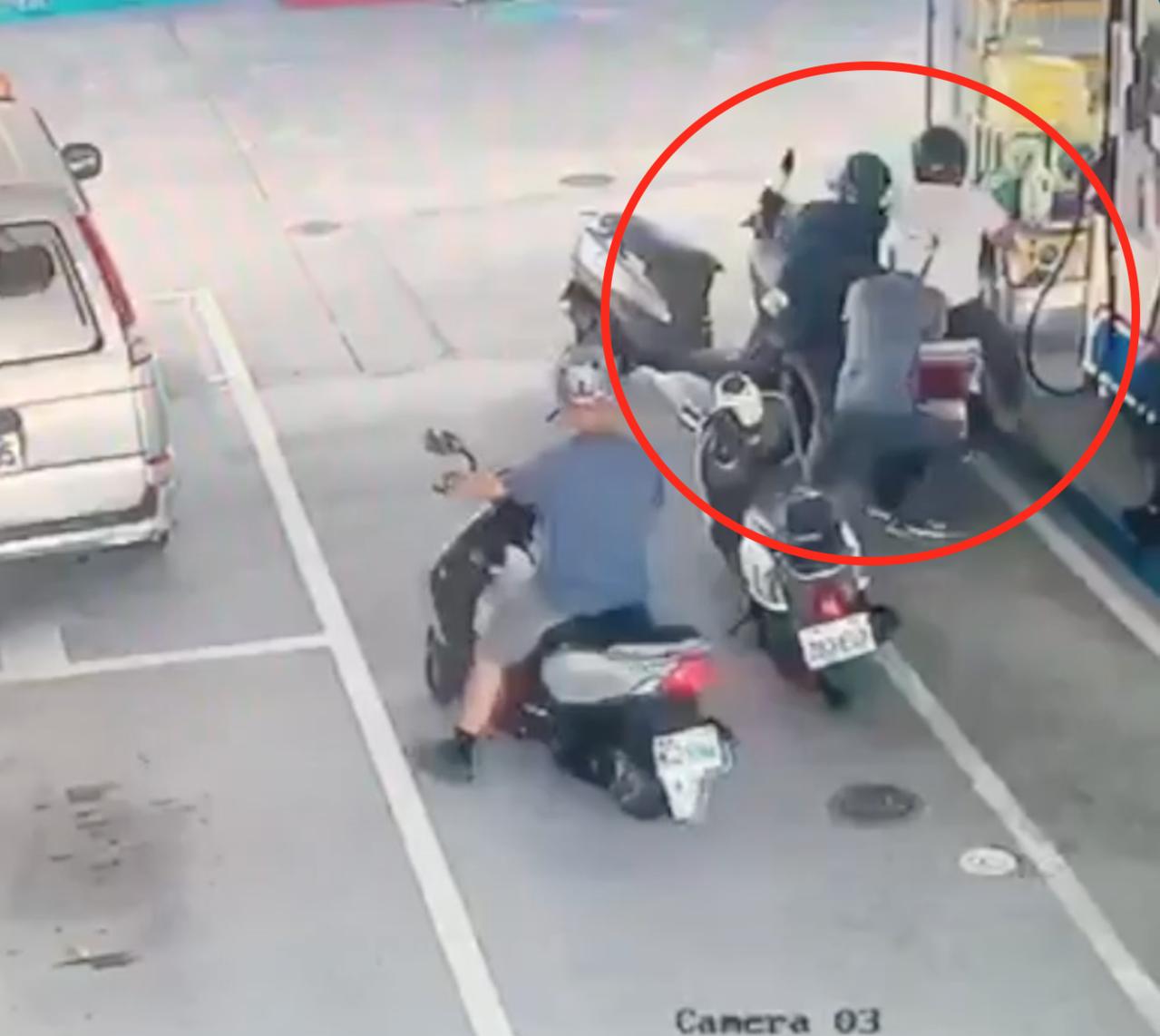 警方趁吳姓男子加油時攔查,吳卻意圖要衝撞逃離,被警方緊緊抓住,最後自摔倒地。記者...
