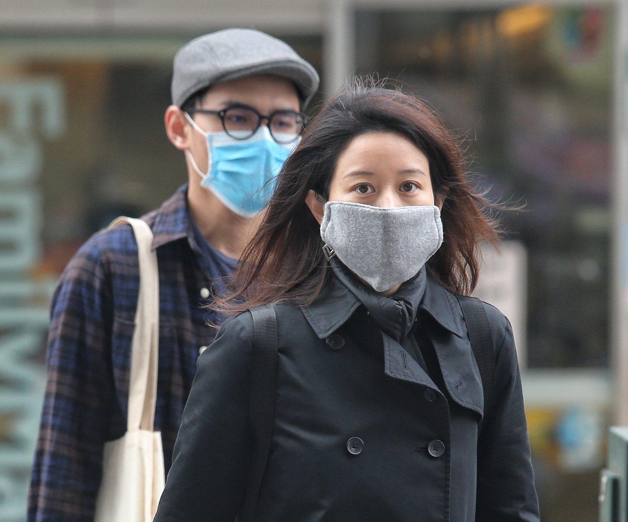 許多民眾平時把口罩戴得緊緊,但醫師警告,有太多民眾「省過頭」,喜歡一只口罩戴一天...