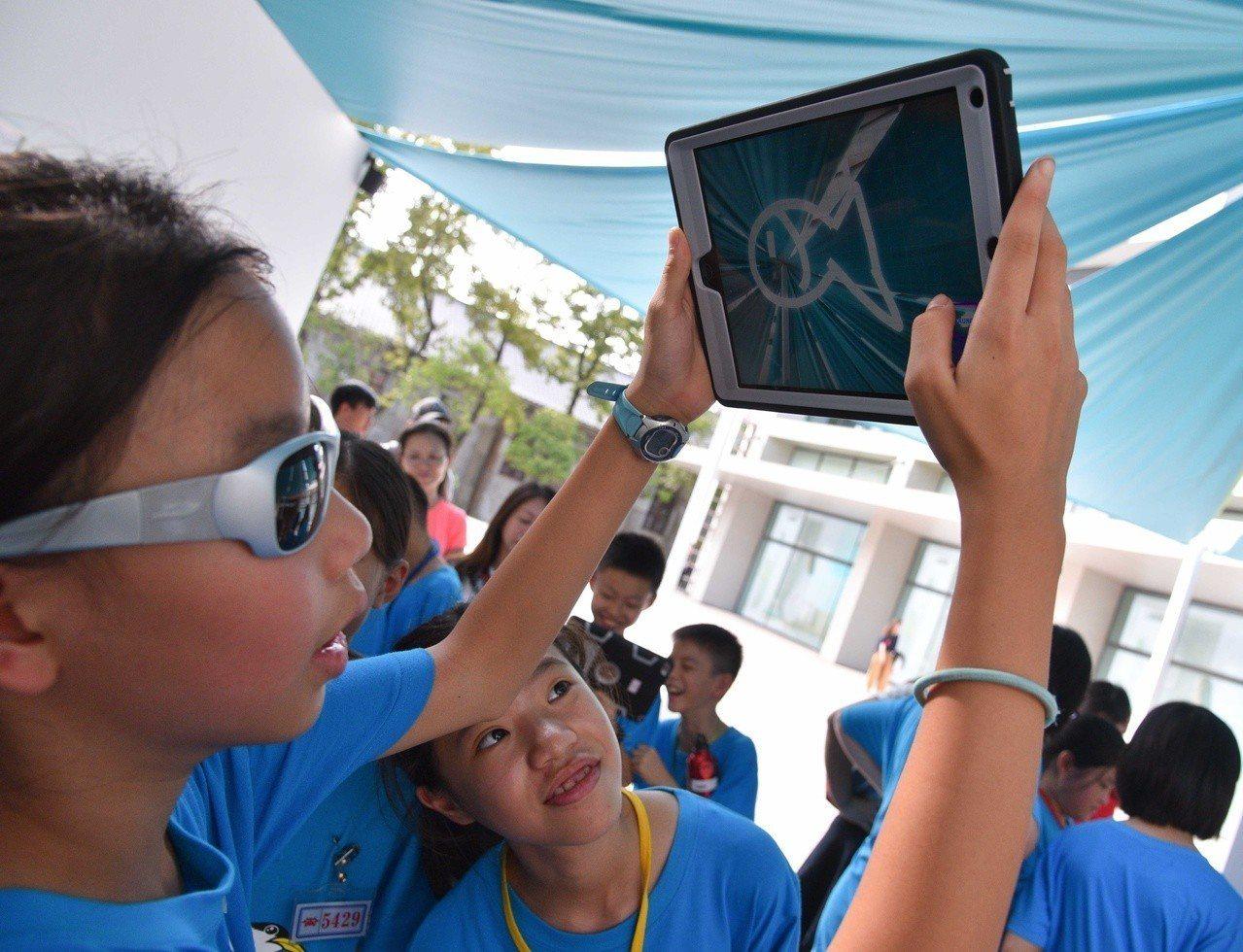 天空創意節首獎作品「未來家庭」,使用者只要用手指在平板電腦上畫出水中生物的外型,...