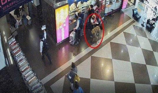 日籍旅客及川小姐皮包遺失後,被大陸團客陳姓母女撿走。記者劉星君/翻攝