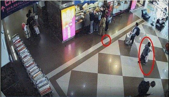 日籍旅客及川小姐(右,紅圈處)不小心將皮包遺落在地下(左紅圈)。記者劉星君/翻攝