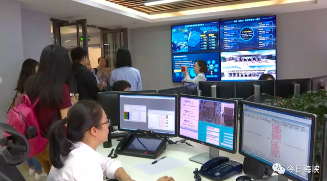 廈門港務集團擁有大陸第一台橋吊遠程操作系統,也是廈門港首次採用半自動化遠程操控系...