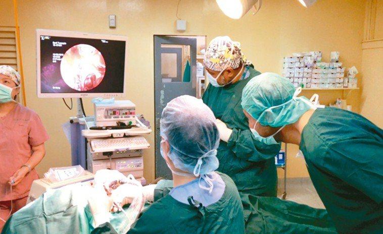 醫生手術示意圖。 圖/國泰醫院提供