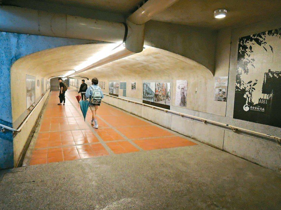 瑞芳車站地下道設計成礦坑模樣,兩旁老照片,吸引旅人駐足細細品味。 記者陳珮琦/攝...