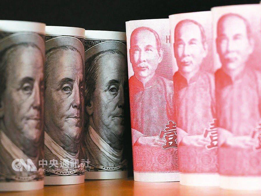今年前九月,產、壽險業淨匯損達1666億元。 (中央社)