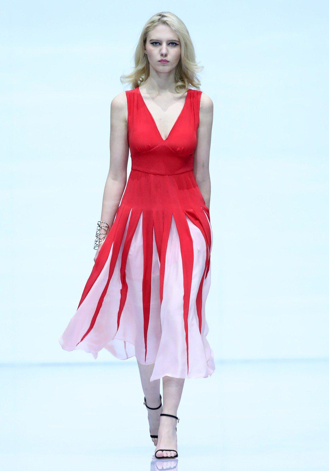 外國模特在北京國際時裝周「京東bebe」時裝發佈會上走秀。(新華社)