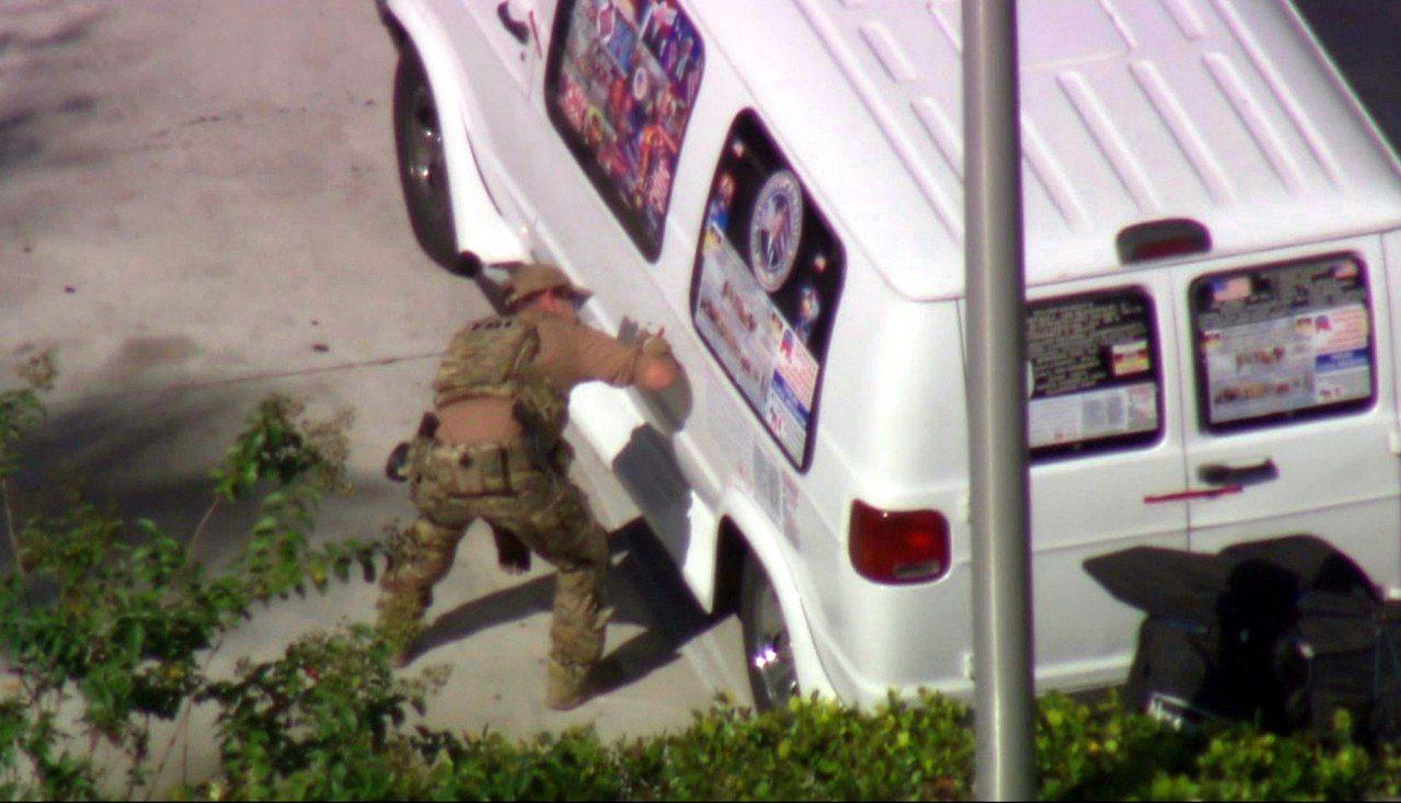 美聯邦當局在邁阿密逮捕一名炸彈郵包案嫌犯,執法人員正偵查一輛嫌犯的白色廂型車。 ...