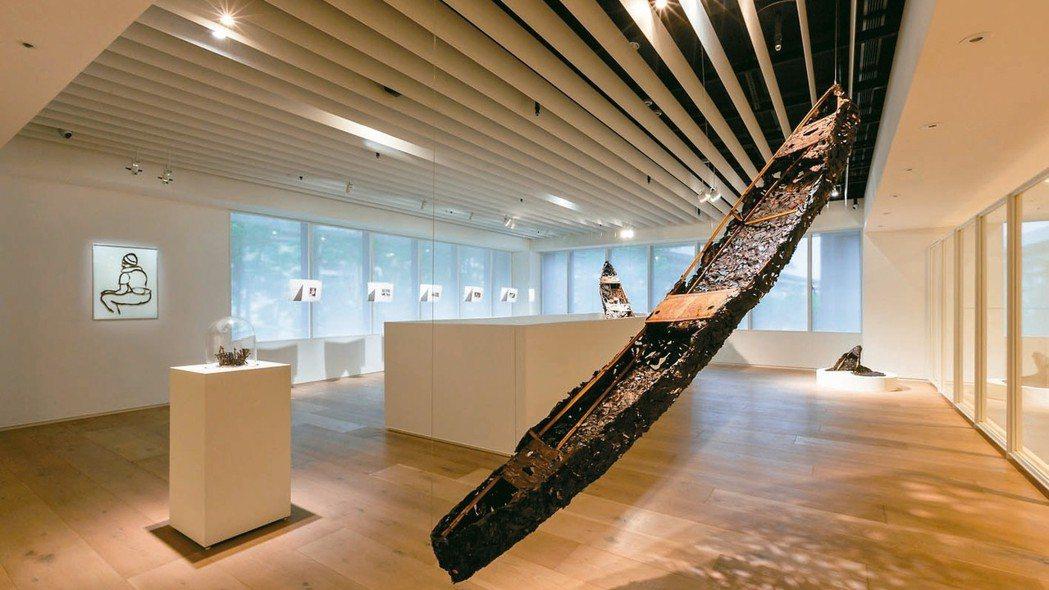 忠泰美術館展出「逆旅之域」中,藝術家羅懿君的作品「航向未知的家」。 圖/楊三郎美...