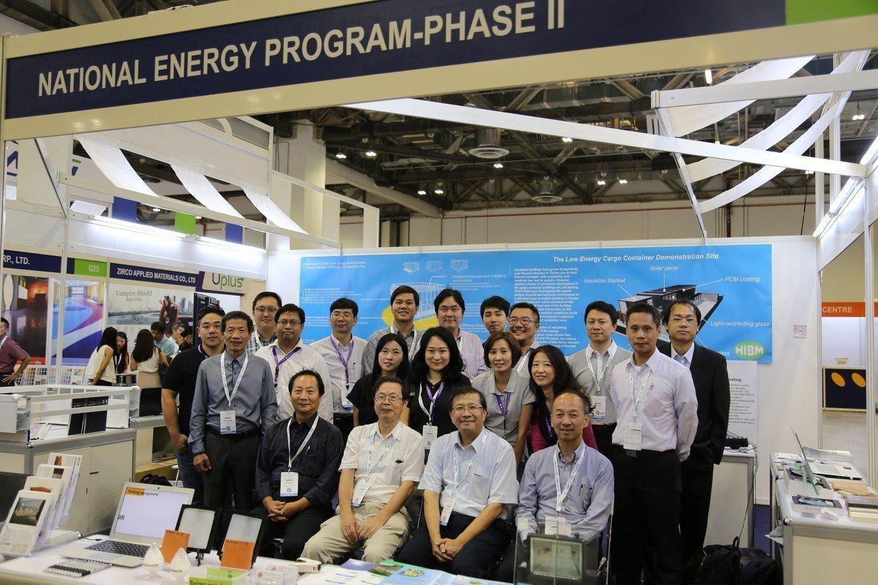 成大綠色建材產業聯盟團隊於2018 Bex Asia新加坡建材展合影。