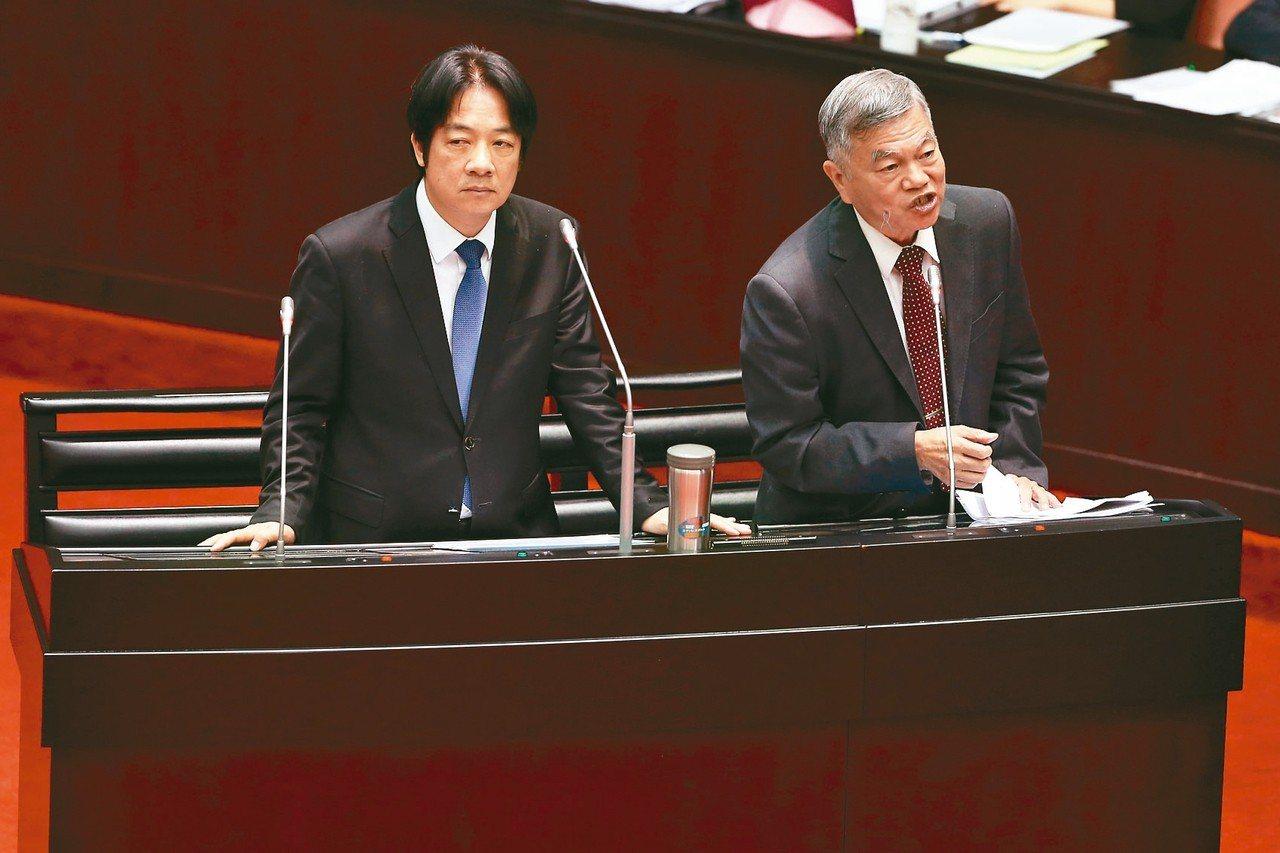 針對中油出包退費問題,經濟部長沈榮津(右)上午在立法院接受質詢表示,已經要求中油...