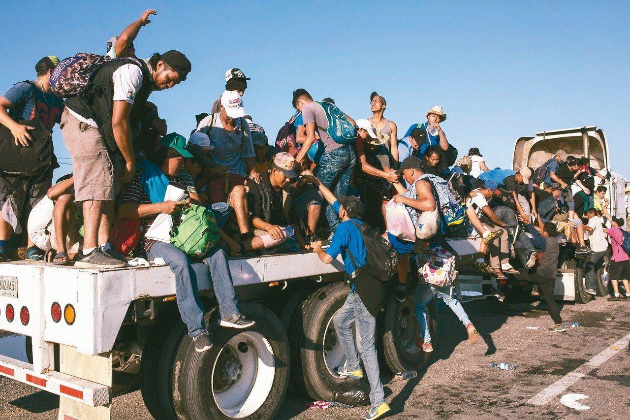美國政府將派現役美軍到美墨邊界,阻止走路或搭便車前往美國的大量中美洲移民。 美聯...