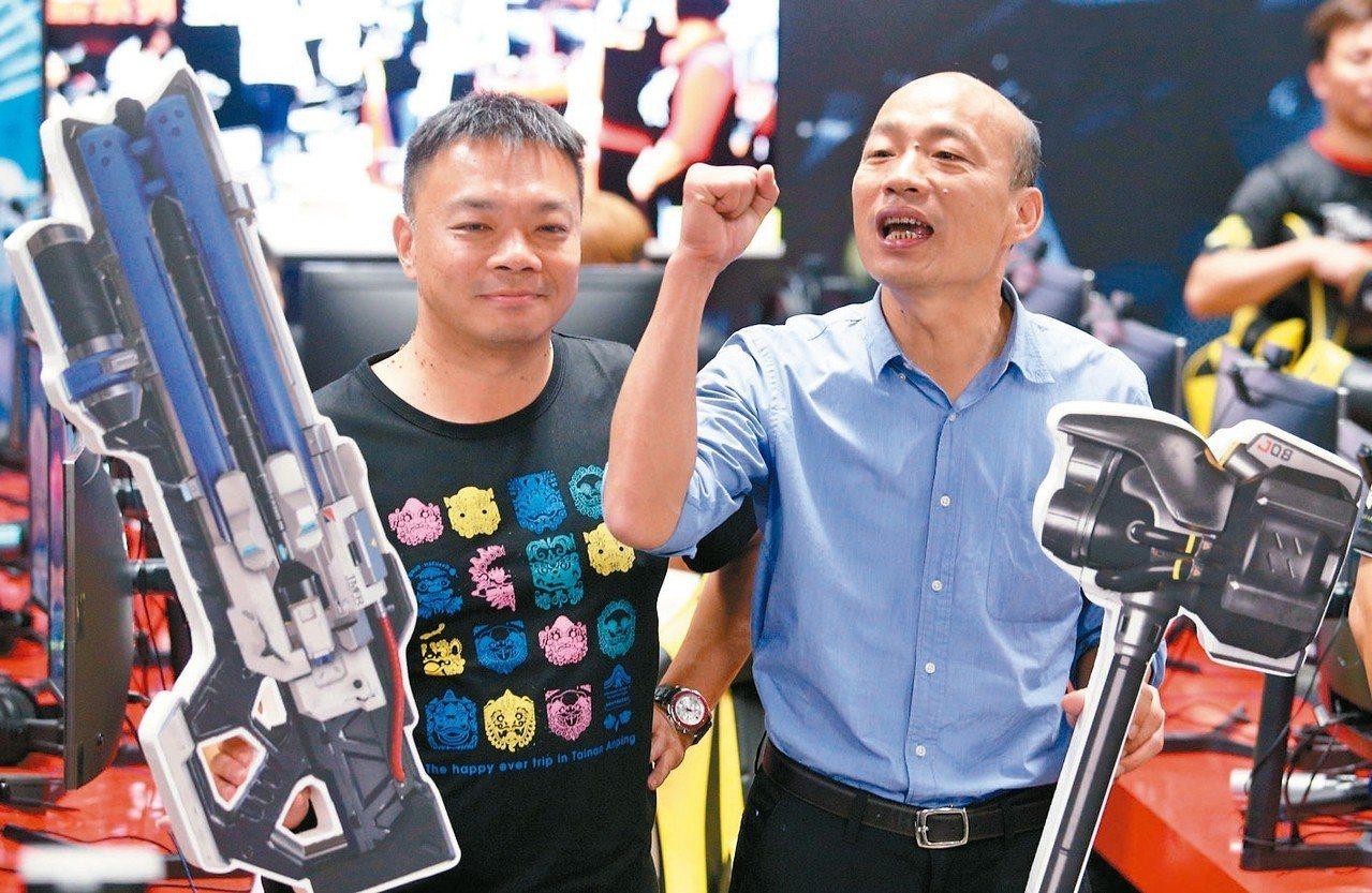 國民黨高雄市長候選人韓國瑜(右)與台南市長候選人高思博(左)合體體驗電競產業。 ...