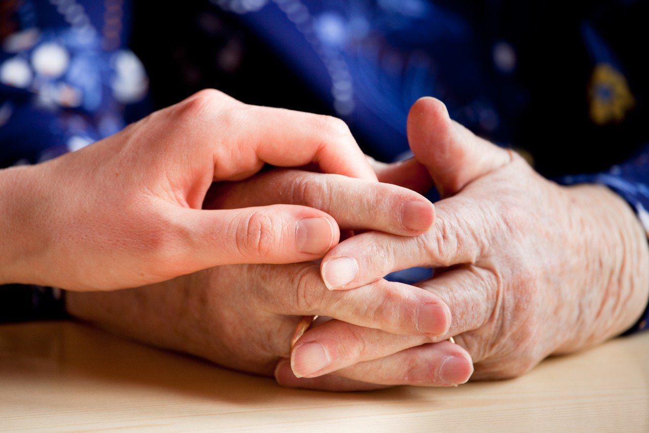 過去觀念中常認為,老人家的肺炎大多是透過飛沫傳染。圖/ingimage
