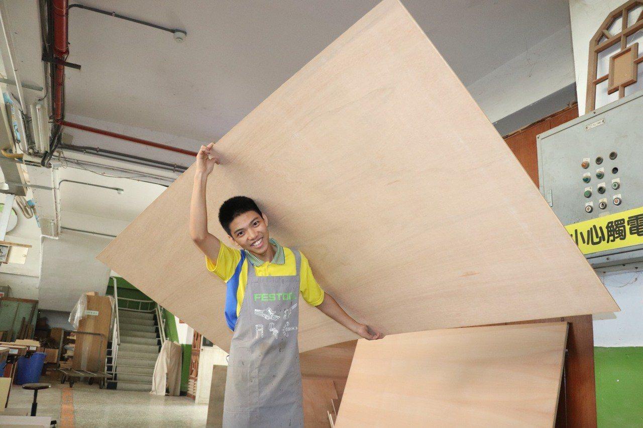 號稱史上最弱小的木工國手江登豐,身高165公分、體重49公斤,練習時需扛20多公...