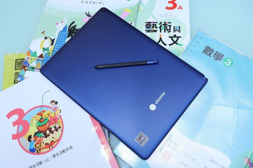Chromebook Tab 10背板採防滑材質。 彭子豪/攝影