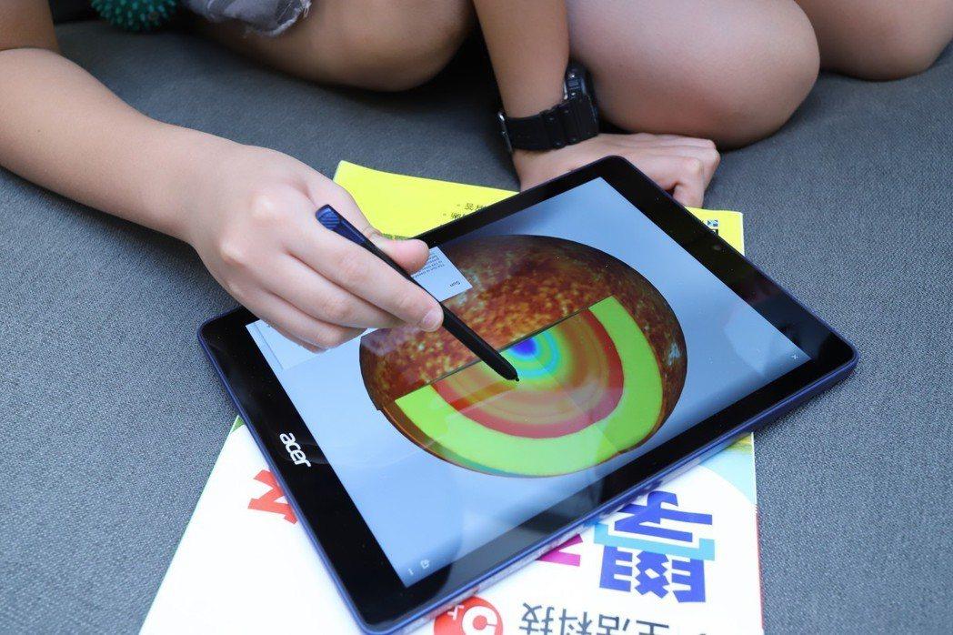 Wacom EMR觸控筆加持下,學童寫作如同於紙本一般。 彭子豪/攝影