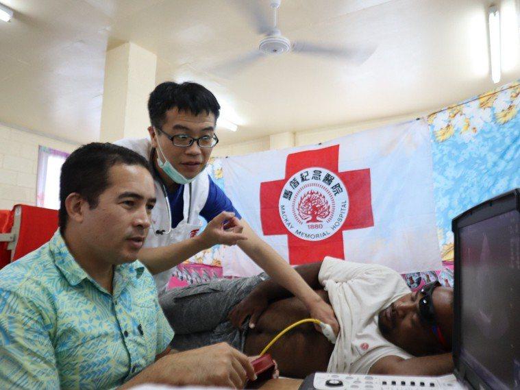 心臟內科醫師林肇鋒(左2)指導當地醫師如何進行心臟超音波檢查。 圖片提供/馬偕紀...