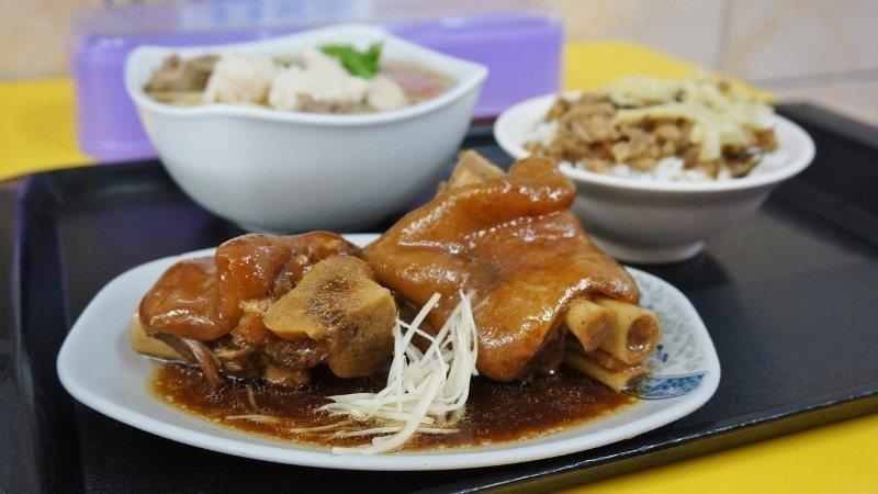 正大焿大王的飯類,以豬腳飯最能滿足顧客吃好吃飯的心情, 徐谷楨/攝影