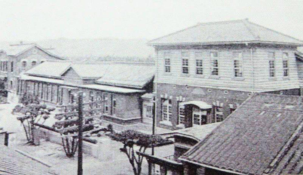 日本時代的新莊郡役所。 圖/取自搶救新莊老街