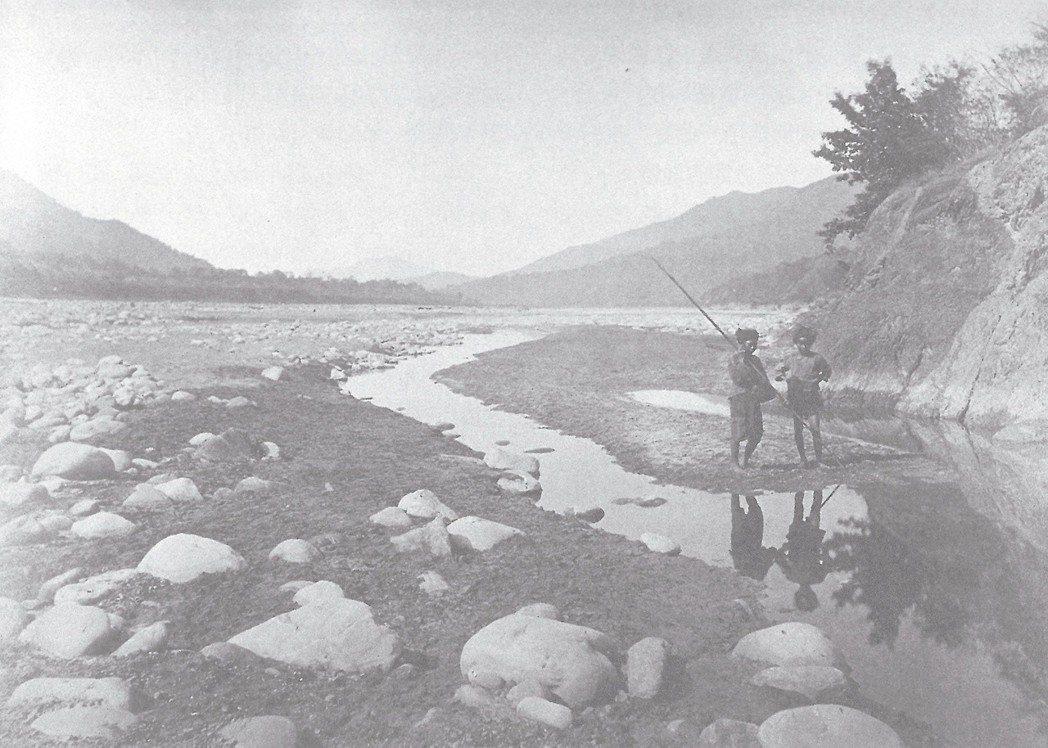 在臺灣西南部一帶旅行時,李仙得以河床上尺寸碩大的卵石,來作為臺灣急流速度驚人的例...