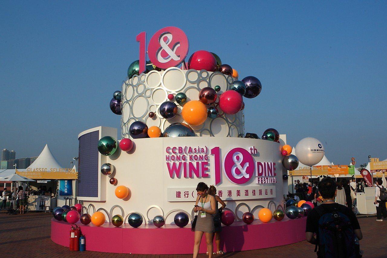 為慶祝10週年,本屆香港美酒佳餚巡禮特設置7公尺高的巨型蛋糕。記者陳睿中/攝影