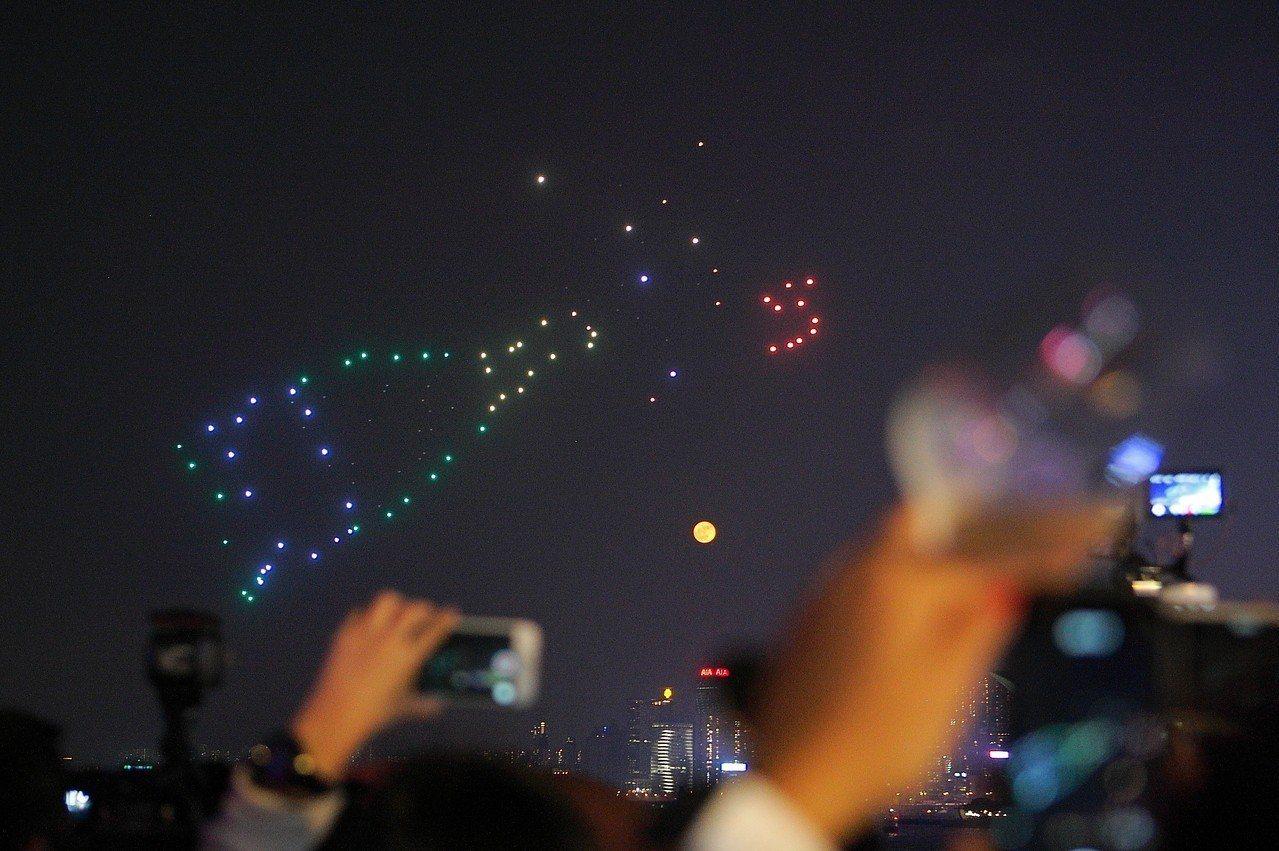 今年首次透過100台無人機,於空中演出酒瓶、蛋糕等慶祝圖案。記者陳睿中/攝影
