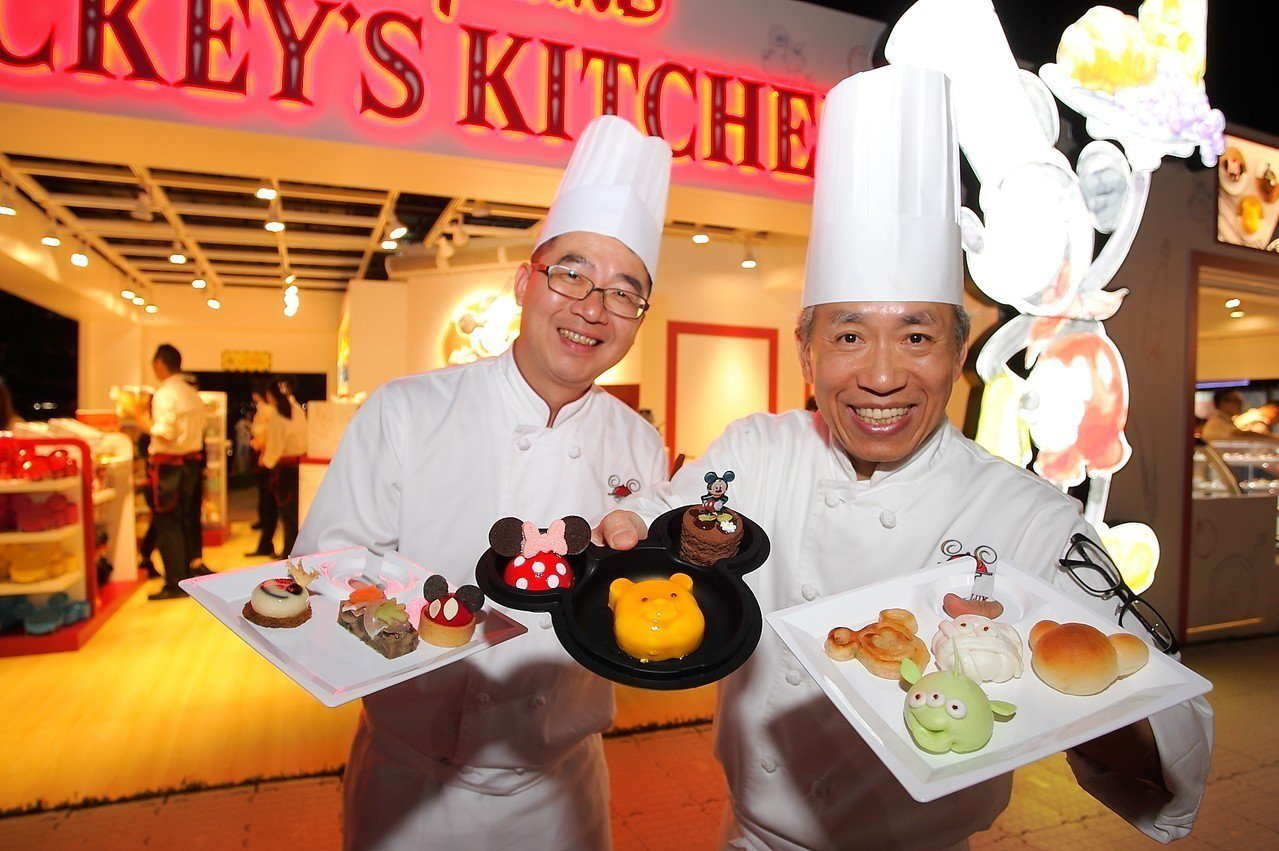 香港迪士尼也於現場販售有米奇、三眼怪等造型甜品。記者陳睿中/攝影