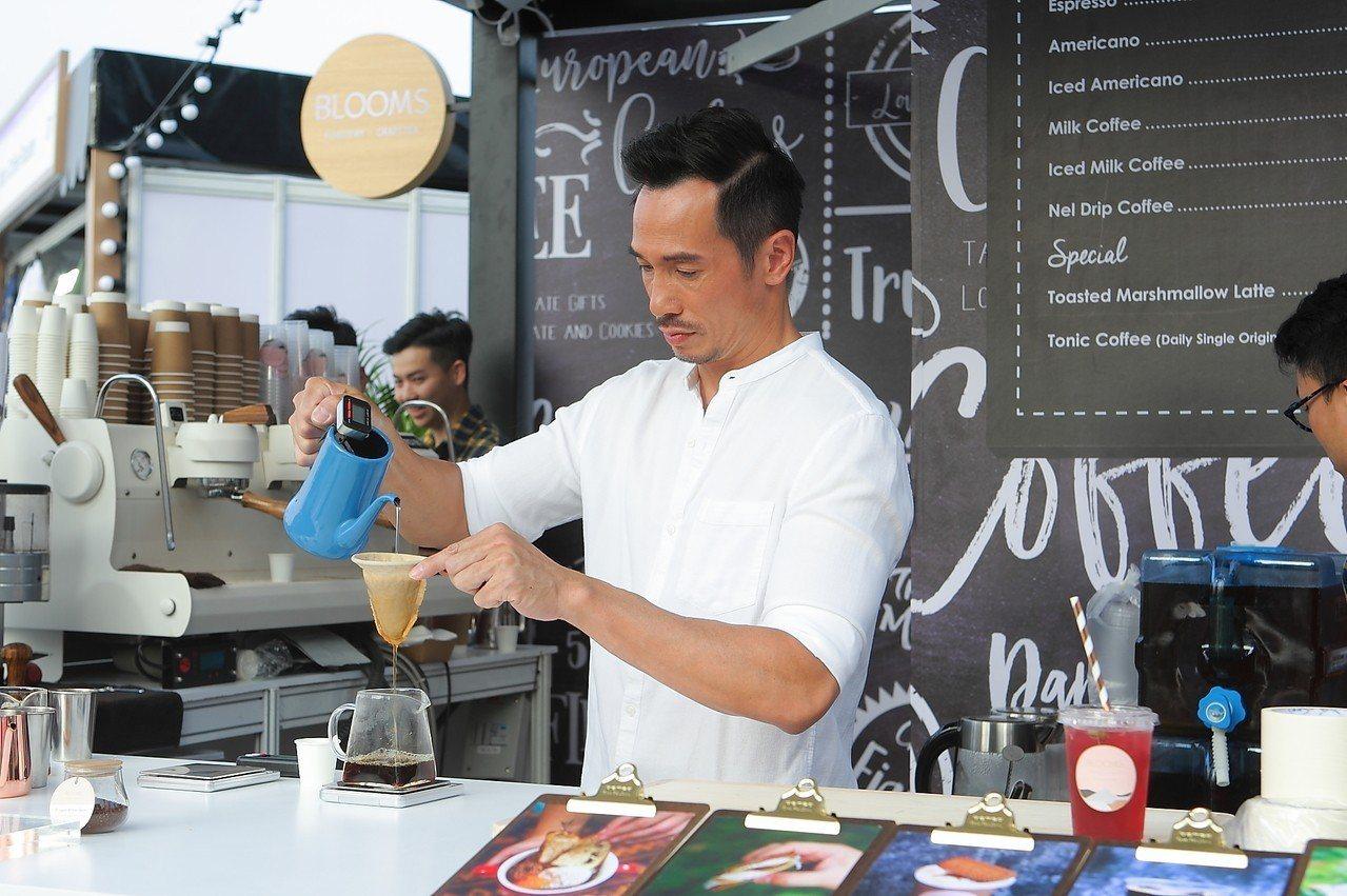 香港演員陳豪身兼專業咖啡師,也於活動現場供應咖啡飲品。記者陳睿中/攝影