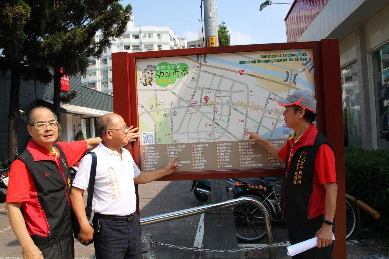 台中市大里區的中興商圈增設了導覽地圖,方便遊客找到各個店家。記者黃寅/攝影