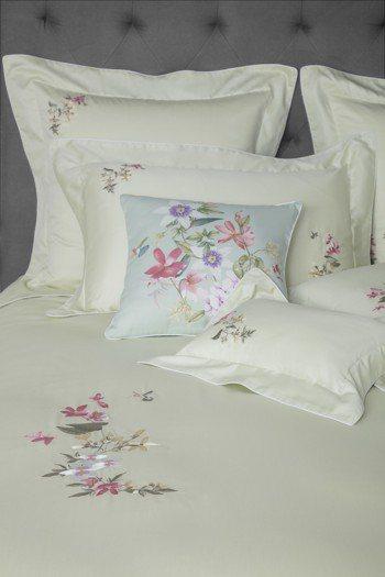 Wedgwood指定款刺繡雙人四件式床組任選兩套,合購優惠18,800元。圖/W...