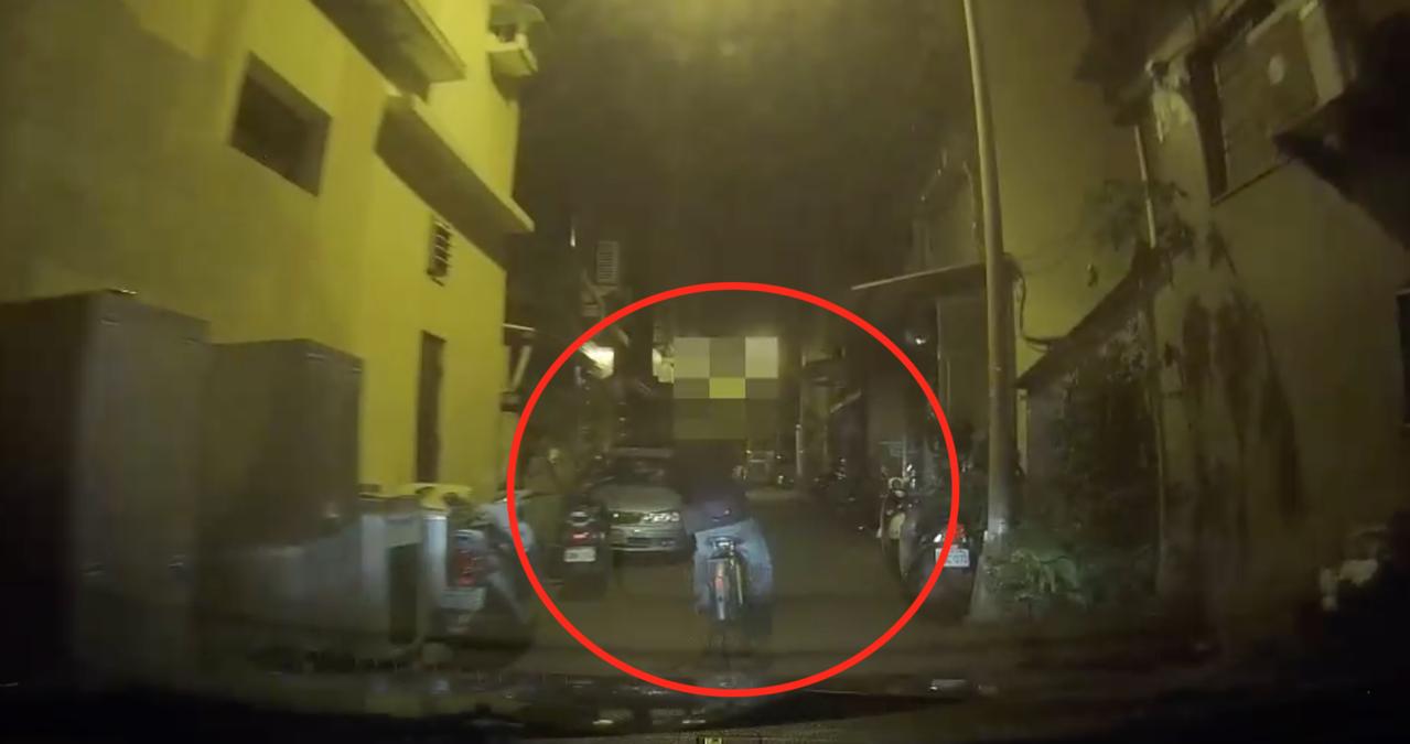 林姓嫌犯邊騎單車,一邊轉身持槍朝警方巡邏車開槍。記者劉星君/翻攝