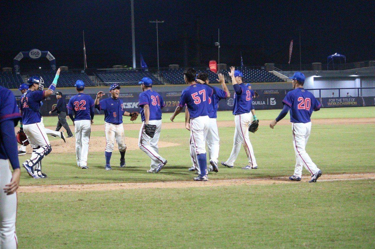 中華隊慶祝拿下複賽首戰勝利。圖/中華棒協提供