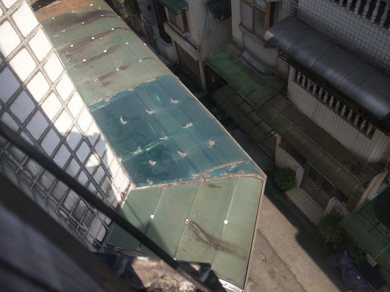 從5樓樓梯間往下看,十分危險,婦人從此處爬下攀爬到4樓遮雨棚。記者游明煌/攝影