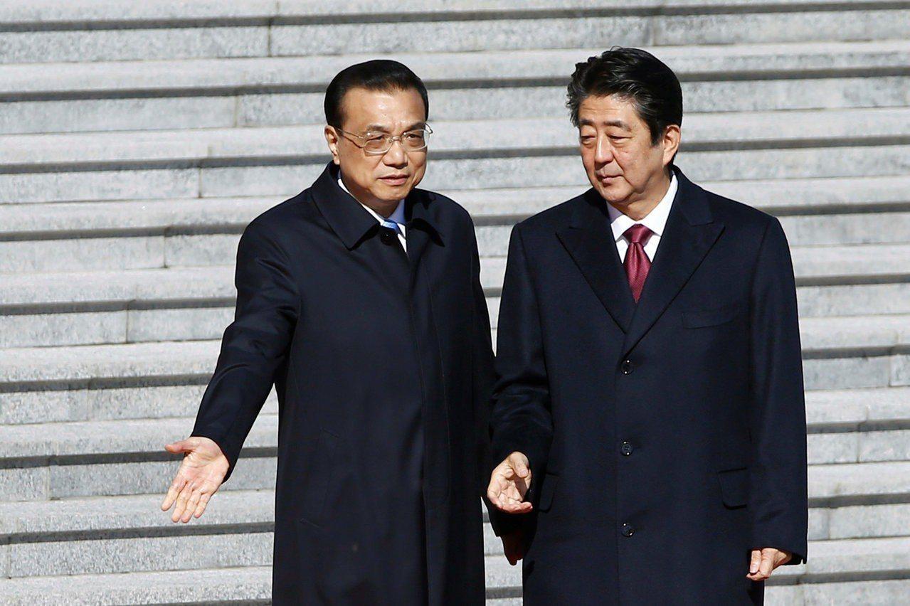 大陸總理李克強為日本首相安倍晉三在人民大會堂舉行歡迎儀式。(路透)