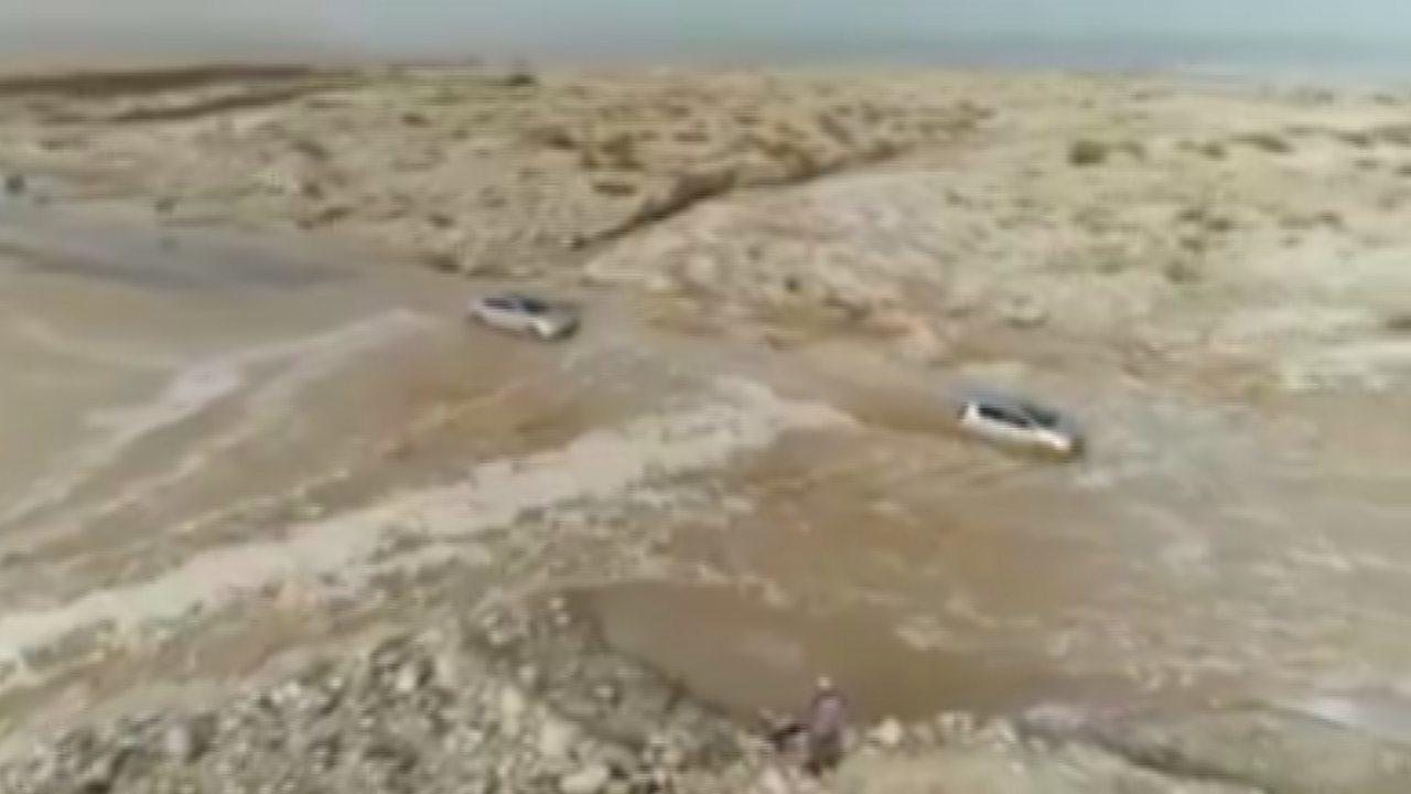 約旦連續數天降下暴雨,近死海一帶25日發生突發性洪水,一輛載著37名學童與7名教...