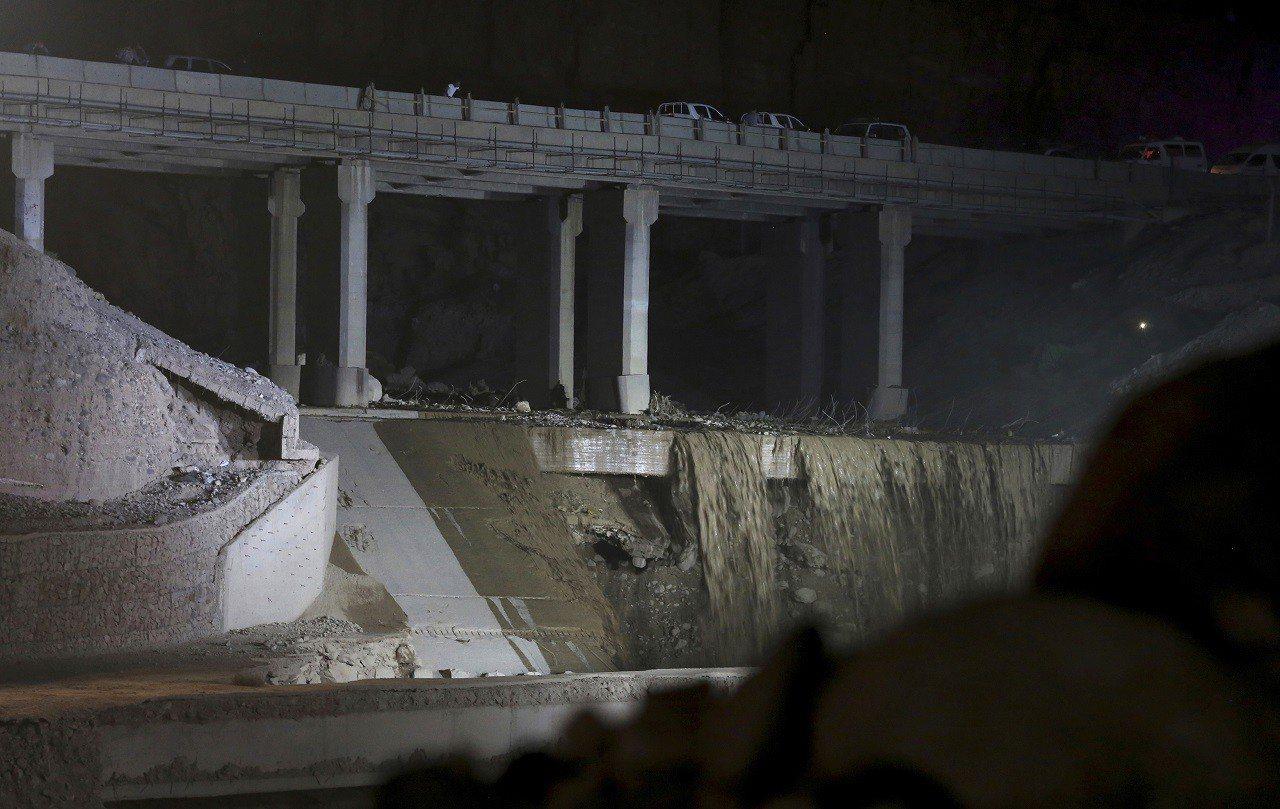 約旦近死海一帶25日發生突發性洪水,有一輛載著37名學童與7名教職員的巴士直接被...