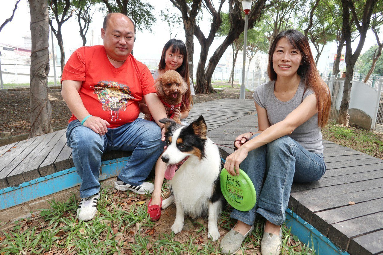 桃園市桃園區經國公園寵物友善專區今啟用,寵物餐廳老闆游雅帆(右)帶愛犬「乖乖」邊...