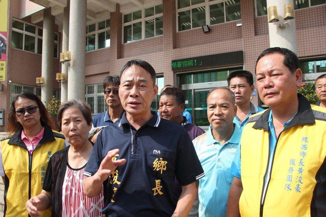 線西鄉長黃浚豪今天出面為支持者抱不平,他說他的一名黃姓支持者昨天凌晨到一名朋友住...