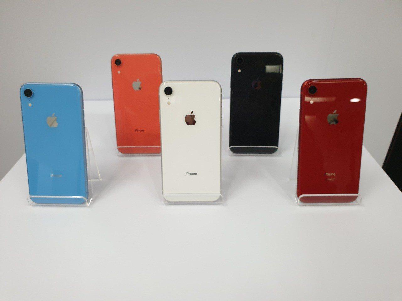 共有6色的iPhone XR初期供貨量少。記者陳立儀/攝影