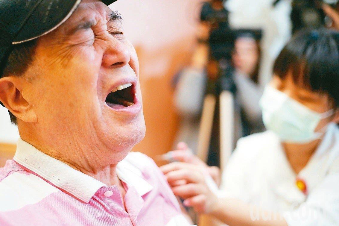 衛福部疾病管制署25日接獲台北市政府衛生局通報,出現1劑目測外觀明顯變色的流感疫...