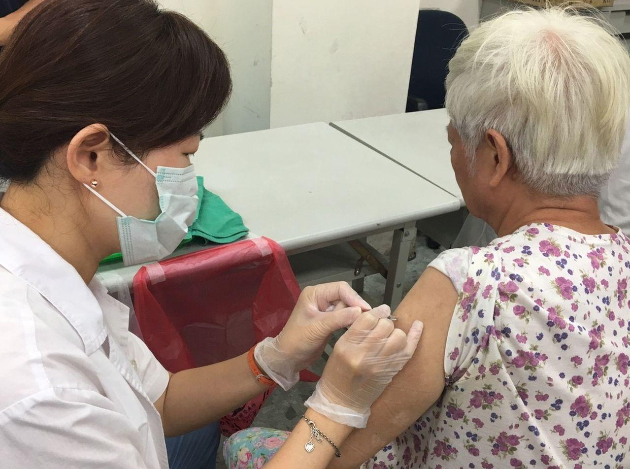 疾管署呼籲,若民眾接種疫苗後有任何不適症狀,都可向醫療院所或各地衛生局通報。圖/...
