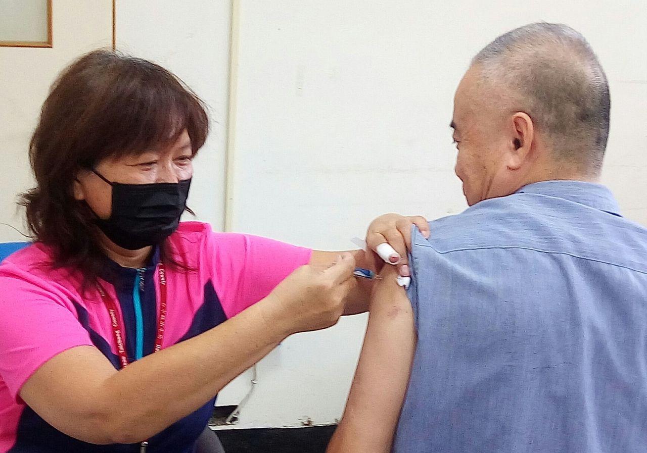 衛生福利部疾病管制署今天表示,一支原本應是澄清透明的公費巴斯德流感疫苗卻呈現咖啡...