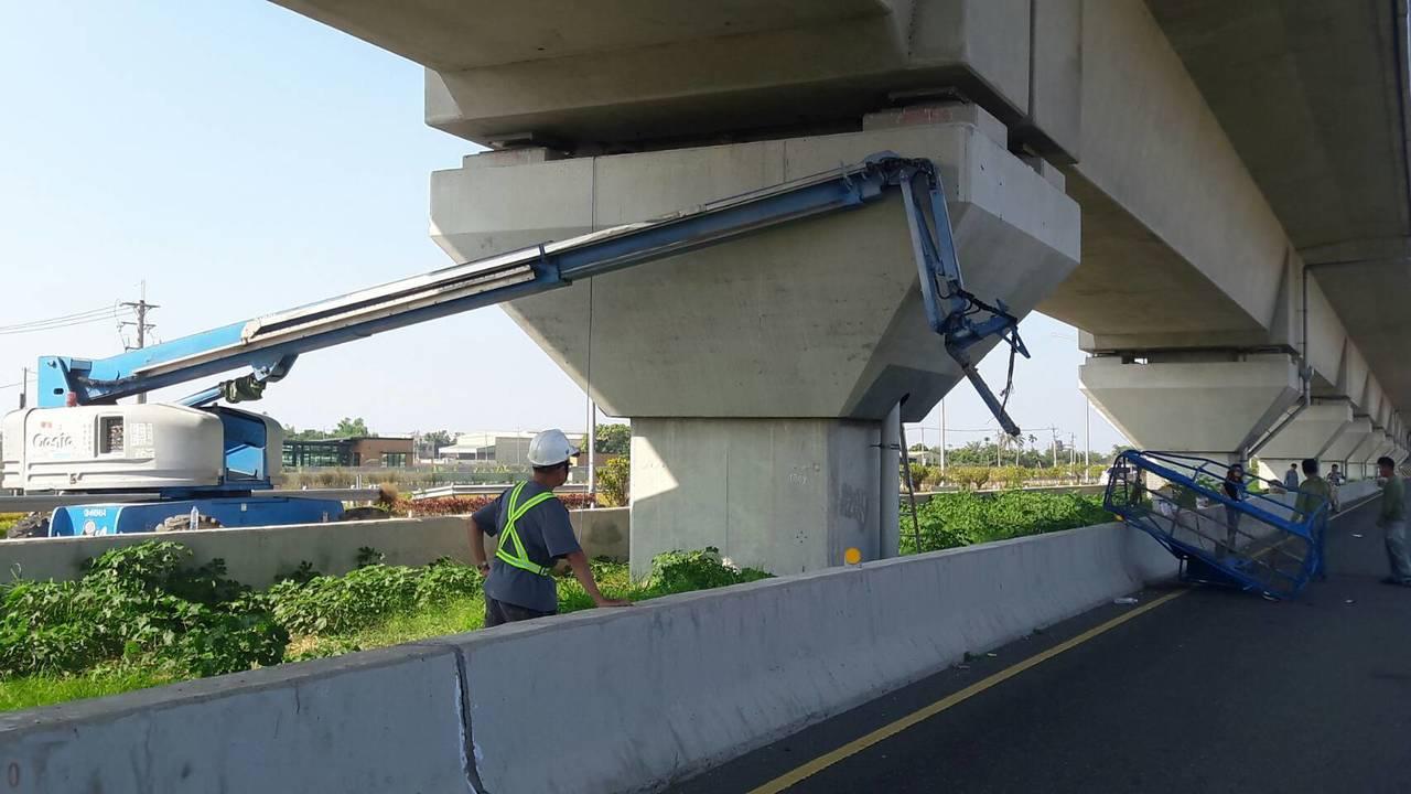 嘉義縣一輛執行高鐵橋敦除鏽高空吊車,今天中午1時許在高鐵橋下工作時,被一輛北上聯...