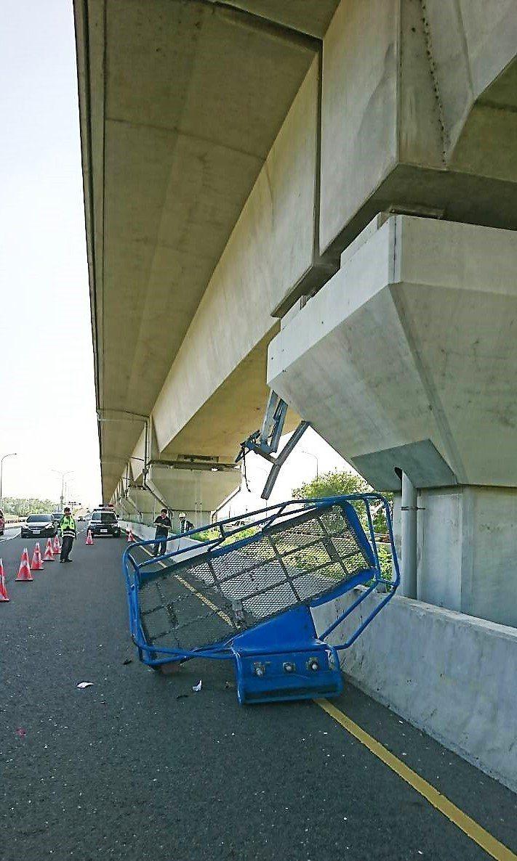 執行高鐵橋敦除鏽的高空吊車,今天中午1時許在高鐵橋下工作時,被一輛北上聯結車撞上...