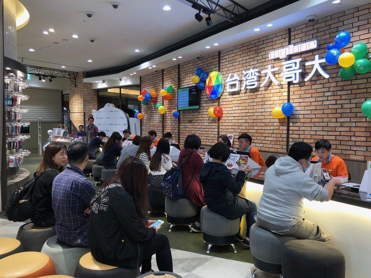 台灣大哥大網路門市宣布,從即日起到11月12日止,不定時推出網購史上最低「閃殺搶...