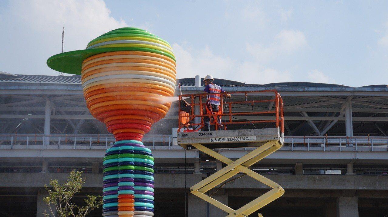 台中鐵路高架第二階段通車周日登場,台鐵加緊準備,台中車站前的公共藝術正在清洗。記...