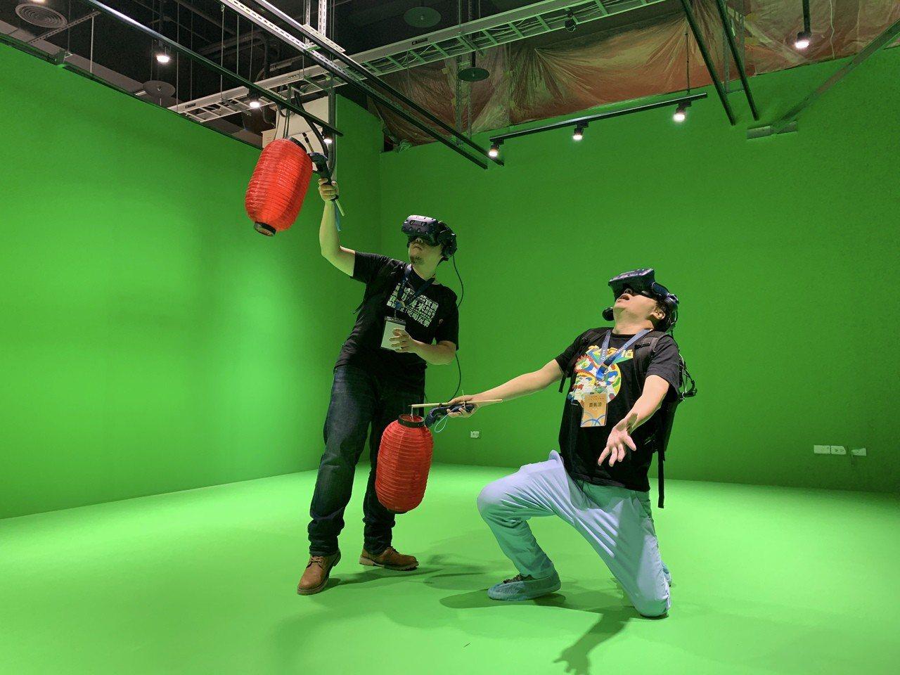 驚悚尋寶闖關遊戲《妖鬼迷藏》,使用背包式電腦與頭戴式VR裝置、手把遊玩。記者黃筱...